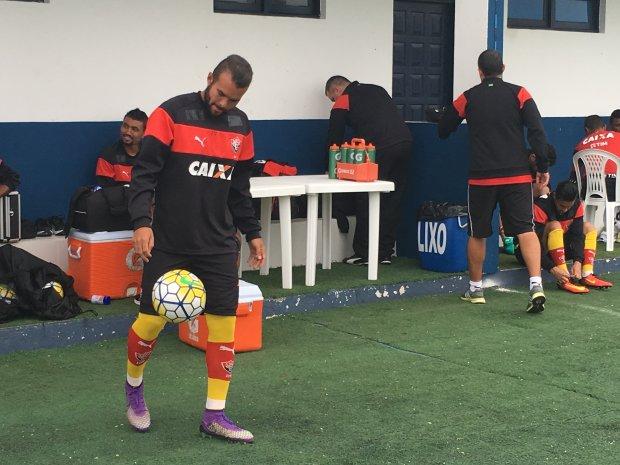 Vitória treina no Estádio Renato Silveira